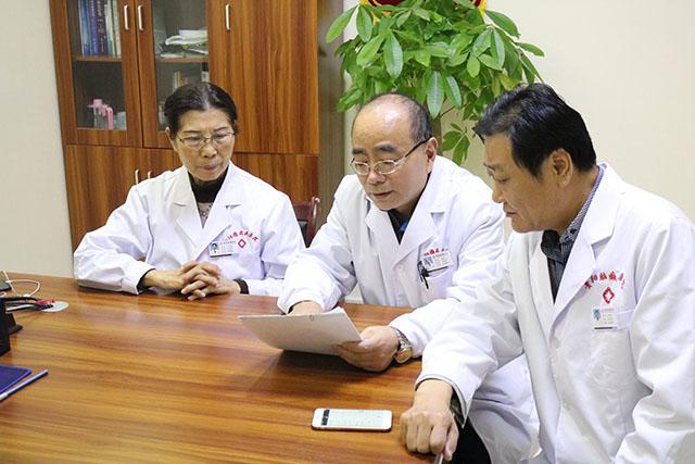 宋赵云教授与我院专家一起研究疑难病例