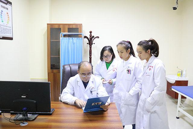 亲自指导定期复诊患者的护理工作,精益求精